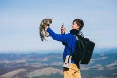 Otoño de la montaña del turista y del gato Foto de archivo libre de regalías