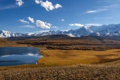 Otoño de la nieve de la reflexión de las montañas del lago Foto de archivo
