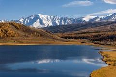 Otoño de la nieve de la reflexión de las montañas del lago Foto de archivo libre de regalías