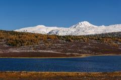 Otoño de la nieve de las montañas del lago Foto de archivo