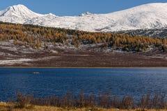 Otoño de la nieve de las montañas del lago Imagen de archivo