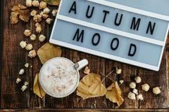 Otoño de las palabras hola y café caliente del cacao con las palomitas, manzana, c Fotos de archivo