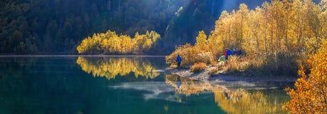 Otoño de oro en el lago Kardyvach Sochi, Rusia Imagenes de archivo