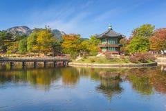 Otoño del palacio de Gyeongbokgung en Seul, Corea Imagen de archivo