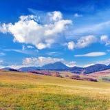 Otoño en Bobrovnik y la gran montaña de Choc Fotos de archivo