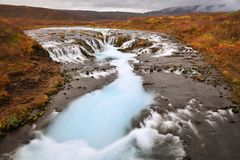 Otoño en Bruarfoss, una cascada azul en Islandia Foto de archivo