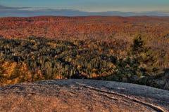 Otoño en Carlton Peak de las montañas del diente de sierra en Minnesota septentrional en la orilla del norte del lago Superior Imágenes de archivo libres de regalías