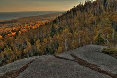 Otoño en Carlton Peak de las montañas del diente de sierra en Minnesota septentrional en la orilla del norte del lago Superior Fotos de archivo