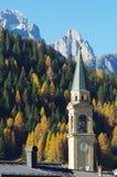 Otoño en Comelico, la iglesia de Padola y el Mt Popera Foto de archivo libre de regalías