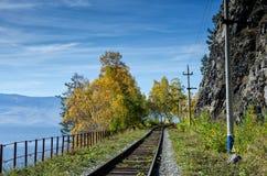 Otoño en el ferrocarril de Circum-Baikal, Siberia del este, Rusia Foto de archivo libre de regalías