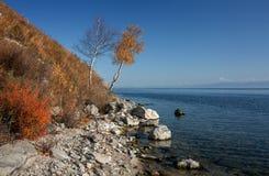 Otoño en el lago Baikal cerca del ferrocarril de Circum-Baikal Imágenes de archivo libres de regalías