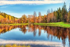 Otoño en el lago con la reflexión Imagen de archivo