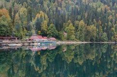 Otoño en el lago Ritsa fotografía de archivo libre de regalías