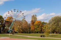 Otoño en el parque con árboles coloridos y un whe de giro de los ferris foto de archivo libre de regalías