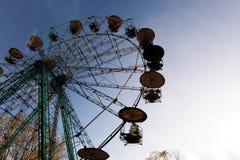 Otoño en el parque con árboles coloridos y un whe de giro de los ferris imagen de archivo