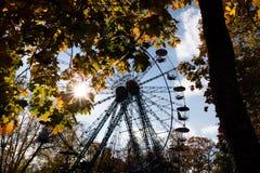 Otoño en el parque con árboles coloridos y un whe de giro de los ferris imágenes de archivo libres de regalías