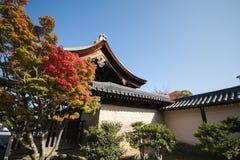 Otoño en el templo japonés fotos de archivo