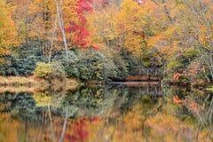Otoño en Julian Price Lake en Carolina del Norte foto de archivo libre de regalías
