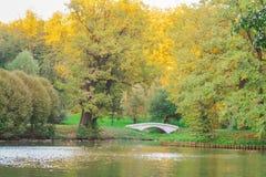 Otoño en la charca, Autumn Park Puente en el parque del otoño Fotos de archivo libres de regalías