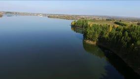Otoño en la opinión superior del lago del quadcopter metrajes