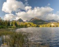 Otoño en las montañas de Tatra, lago Strbskie Pleso, Eslovaquia Fotos de archivo