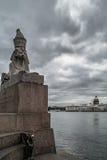 Otoño en St Petersburg Esfinge y grifo en el terraplén de la universidad Foto de archivo libre de regalías