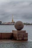 Otoño en St Petersburg La pendiente al río Neva en el centro de ciudad Opinión el Peter y Paul Fortress Fotos de archivo libres de regalías