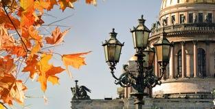 Otoño en St Petersburg Santo Isaac Cathedral y hojas de otoño Foto de archivo