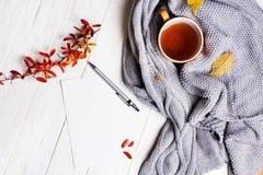 Otoño flatlay en el contexto de madera con una taza de té y caida Foto de archivo