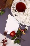 Otoño flatlay en el contexto de madera con una taza de té y caida Imagenes de archivo
