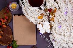 Otoño flatlay en el contexto de madera con una taza de té y caida Imagen de archivo libre de regalías