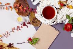 Otoño flatlay en el contexto de madera con una taza de té y caida Foto de archivo libre de regalías