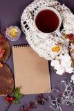 Otoño flatlay en el contexto de madera con una taza de té y caida Imágenes de archivo libres de regalías