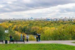Otoño Moscú del reloj de la gente del escritorio de la observación en Kolomenskoye Fotografía de archivo libre de regalías