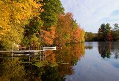 Otoño a orillas del lago Fotos de archivo libres de regalías