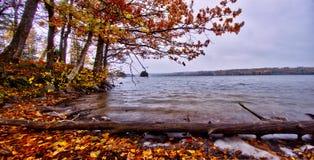 """Otoño por el lago del rr del """"de à en Suecia Imagen de archivo"""