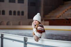 Otoño, retrato del invierno: La mujer sonriente joven se vistió en una rebeca de lana caliente, los guantes y el sombrero present Imagen de archivo