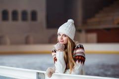 Otoño, retrato del invierno: La mujer sonriente joven se vistió en una rebeca de lana caliente, los guantes y el sombrero present Imágenes de archivo libres de regalías