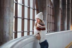 Otoño, retrato del invierno: La mujer sonriente joven se vistió en una rebeca de lana caliente, los guantes y el sombrero present Fotos de archivo libres de regalías