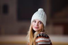 Otoño, retrato del invierno: La mujer sonriente joven se vistió en una rebeca de lana caliente, los guantes y el sombrero present Imagenes de archivo