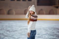 Otoño, retrato del invierno: La mujer sonriente joven se vistió en una rebeca de lana caliente, los guantes y el sombrero present Fotografía de archivo libre de regalías
