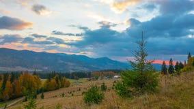 Otoño Salida del sol nublada sobre pueblo de montaña con el bosque almacen de video