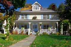 Otoño unifamiliar suburbano del estilo de la pradera de la casa Fotos de archivo