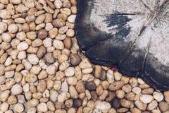 Otoczaków kamienie i stemplujący beton na podłoga zdjęcia stock