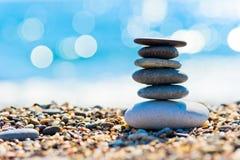 Otoczaków plażowi i szarzy zdrojów kamienie w postaci wierza Fotografia Stock