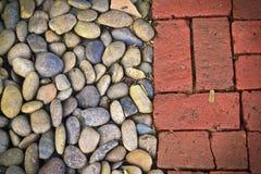 Otoczak i stara czerwonej cegły podłoga deseniujemy tło Zdjęcie Stock