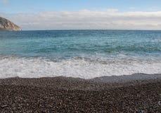 Otoczak plaża na słonecznym dniu Zdjęcie Royalty Free
