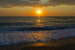 Otoczak plaża przy zmierzchem, Grecja obraz royalty free