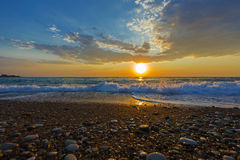 Otoczak plaża przy zmierzchem, Grecja obrazy royalty free