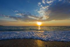 Otoczak plaża przy zmierzchem, Grecja zdjęcia stock